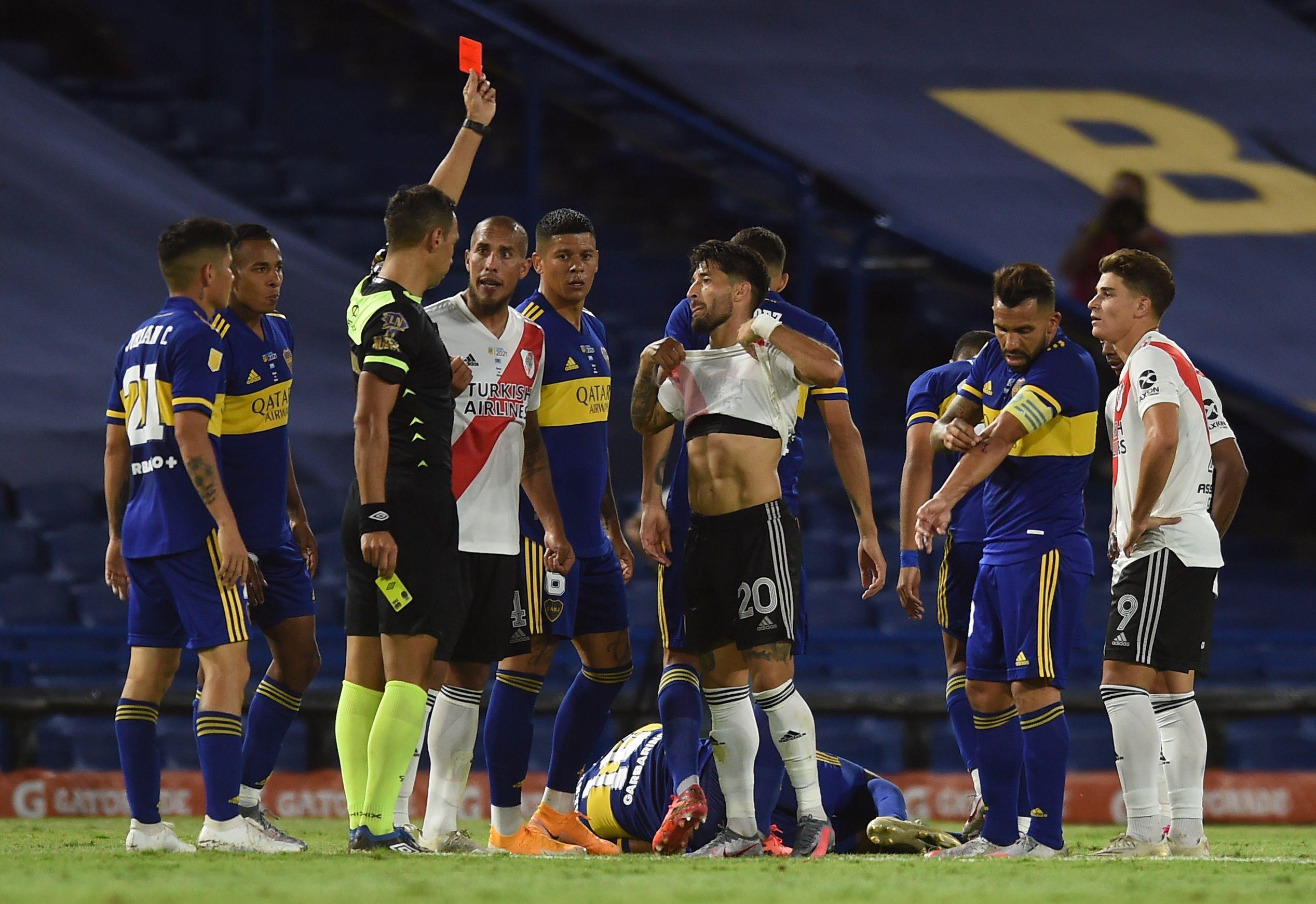 Milton Casco observa la cartulina colorada de Facundo Tello en La Bombonera. Foto: REUTERS/Marcelo Endelli
