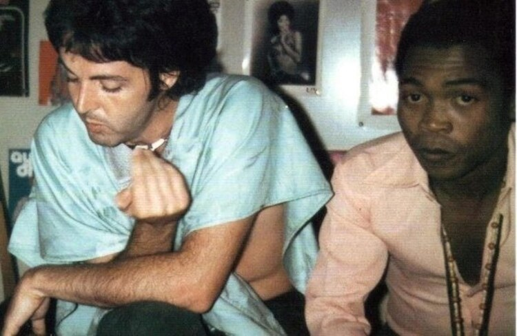 Paul con el músico nigeriano Fela Kuti