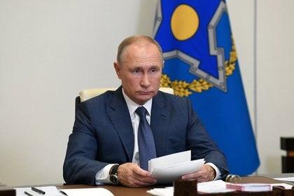 El presidente ruso Vladimir Putin asiste a una reunión de la Organización del Tratado de Seguridad Colectiva (CSTO), a través de un enlace de video en la residencia estatal de Novo-Ogaryovo en las afueras de Moscú, Rusia, el 2 de diciembre de 2020. (Sputnik/Aleksey Nikolskyi / Kremlin vía REUTERS)