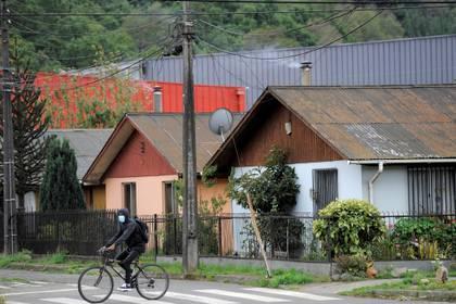 Un hombre en bicicleta por las calles de Temuco, Chile (REUTERS/Jose Luis Saavedra)