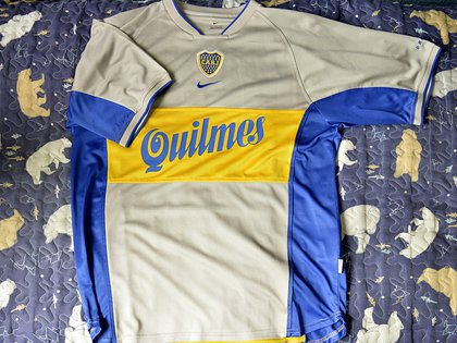 La particular camiseta suplente del año 2001: gris con vivos azules y amarillas y la publicidad de la cerveza (Gustavo Gavotti)