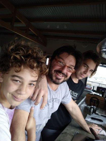 Damián De Santo está pasando la cuarentena en sus cabañas en Villa Giardino junto a su familia. En esta imagen, el actor con sus hijos, Joaquín y Camilo (Foto: Instagram)
