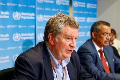 El jefe del programa de emergencias de la OMS, Mike Ryan, durante una conferencia de prensa conjunta con el jefe de la organización Tedros Adhanom Ghebreyesus, en Ginebra, Suiza, el 6 de febrero de 2020. REUTERS/Denis Balibouse/