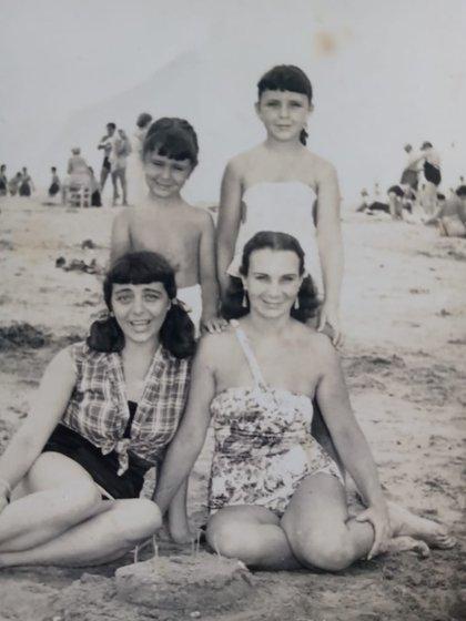 Zulma con su mamá, su hermana y su tía, Teresa