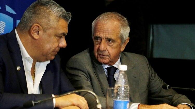 Claudio Tapia, junto a Rodolfo D'Onofrio, quien ocupará una de las vicepresidencias (REUTERS/Jorge Adorno)