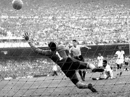El tiro de Chiggia se hace inalcanzable para el arquero brasileño Moacir Barboza y tras golpear la red se oye el silencio de las 200.000 almas que desbordaban el Maracaná para ver triunfar a Brasil. Pero lo levantó Uruguay.