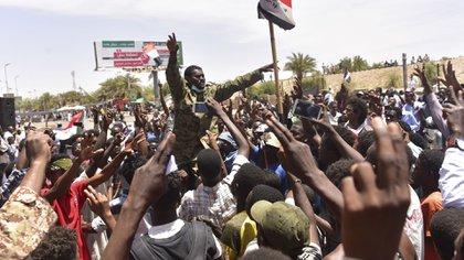Los manifestantes aseguraron que seguirán las protestas contra la junta militar (AFP)