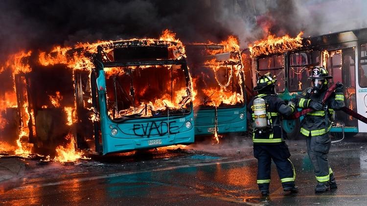 Jóvenes incendiaron autobuses en el marco de las protestas en Chile (AFP)