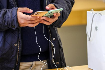 Los usuarios del popular teléfono inteligente le han mostrado su molestia a la compañía por sus errores a través de las redes sociales. (Foto: EFE/EPA/ARMANDO BABANI)