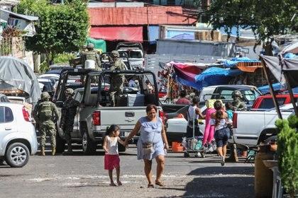 Elementos de las Fuerzas Armadas realizaron varios operativos en el Mercado Central de Acapulco, donde se decomisaron máquinas traga monedas, que sirven como fuente de financiamiento del Cartel Independiente de Acapulco (Foto: BERNANDINO HERNÁNDEZ /CUARTOSCURO)