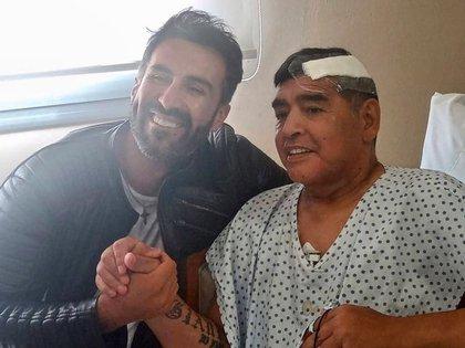 Luque había compartido una foto con Maradona desde la clínica tras operarlo