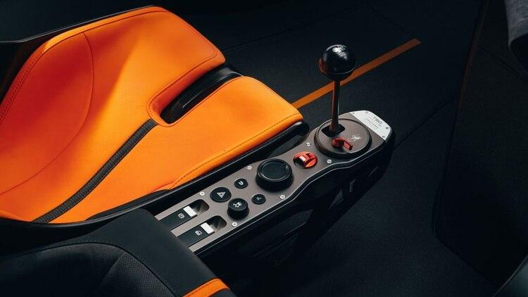 Particular comando para la transmisión manual Xtrac de seis velocidades.