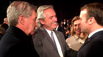 Alberto Fernández se saluda con su par de Francia, Emmanuel Macron, en Israel