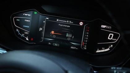 El instrumental del auto va indicando cuantos kilómetros tiene de autonomía