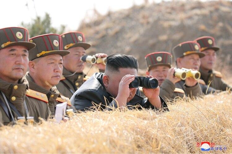 Una de las fotos más virales del norcoreano lo muestran en una competición de fuego de artillería