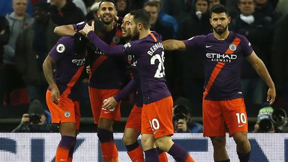 Manchester City's Algerian midfielder Riyad Mahrez (2L) celebrates scoring the opening goal during the English Premier League football match between Tottenham Hotspur and Manchester City at Wembley Stadium in London, on October 29, 2018. (Photo by Ian KINGTON / IKIMAGES / AFP) / RESTRICTED TO EDITORIAL USE. No use with unauthorized audio, video, data, fixture lists, club/league logos or 'live' services. Online in-match use limited to 45 images, no video emulation. No use in betting, games or single club/league/player publications.