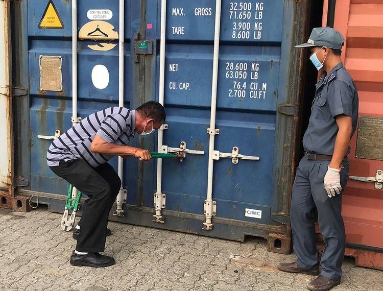 Los contenedores fueron investigados por el Ministerio de Medio Ambiente y la policía portuaria. (AFP)