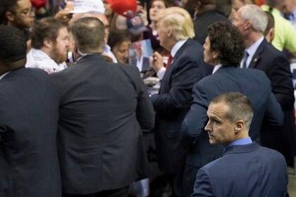 Corey Lewandowski, abajo a la derecha, como director de campaña de Donald Trump en un acto en Buffalo (John Minchillo/AP)
