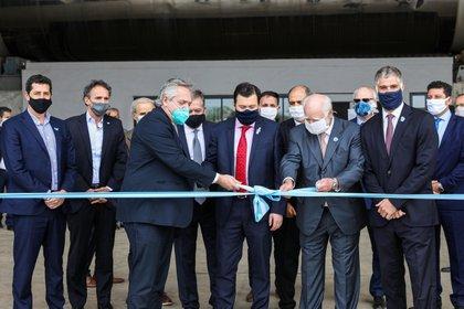 Alberto Fernández y Gerardo Zamora en la inauguración de una empresa. (Presidencia)