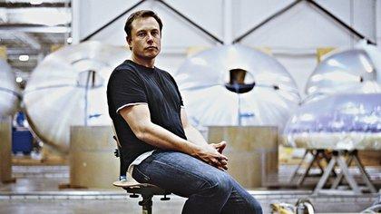 Elon Musk tiene 45 años, nació en Sudáfrica, está divorciado, tiene cinco hijos y una fortuna valuada en 13 mil millones de dólares
