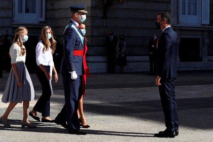 La familia real y el presidente del gobierno Pedro Sánchez durante el acto en el Palacio Real (Kiko Huesca/Pool via REUTERS)
