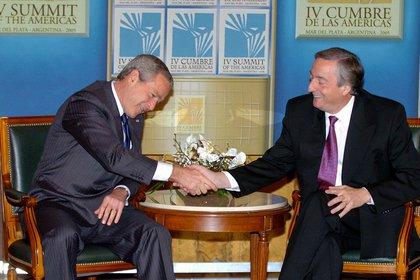 El presidente norteamericano George W. Bush saluda a su par argentino Nestor Kirchner al iniciar la reunión bilateral en la Cumbre de Mar del Plata
