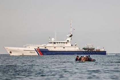 Un barco con inmigrantes frente a las costas del Reino Unido (AFP)
