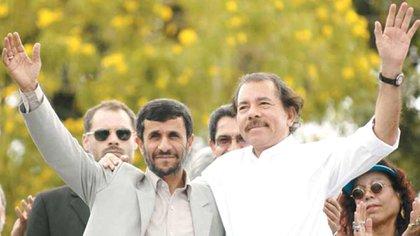Mahmoud Ahmadinejad y Daniel Ortega tras firmar acuerdos en el pasado