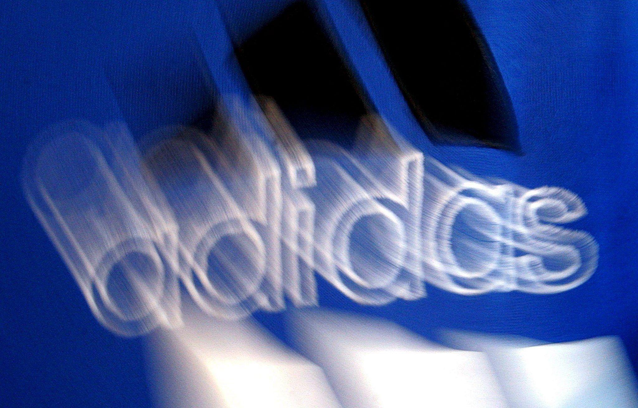 Fotografía del logo borroso del gigante de artículos de deporte Adidas. EFE/Marcus Fuehrer/Archivo