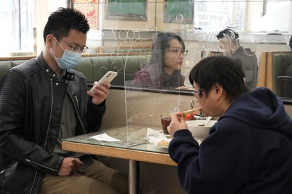 Los restaurantes buscan mantener la clientela con medidas de preacaución (AP)