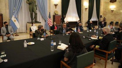 La ceremonia esta mañana entre Vizzotti, Rossi y el almirante Fuller (Gentileza Ministerio de Defensa)