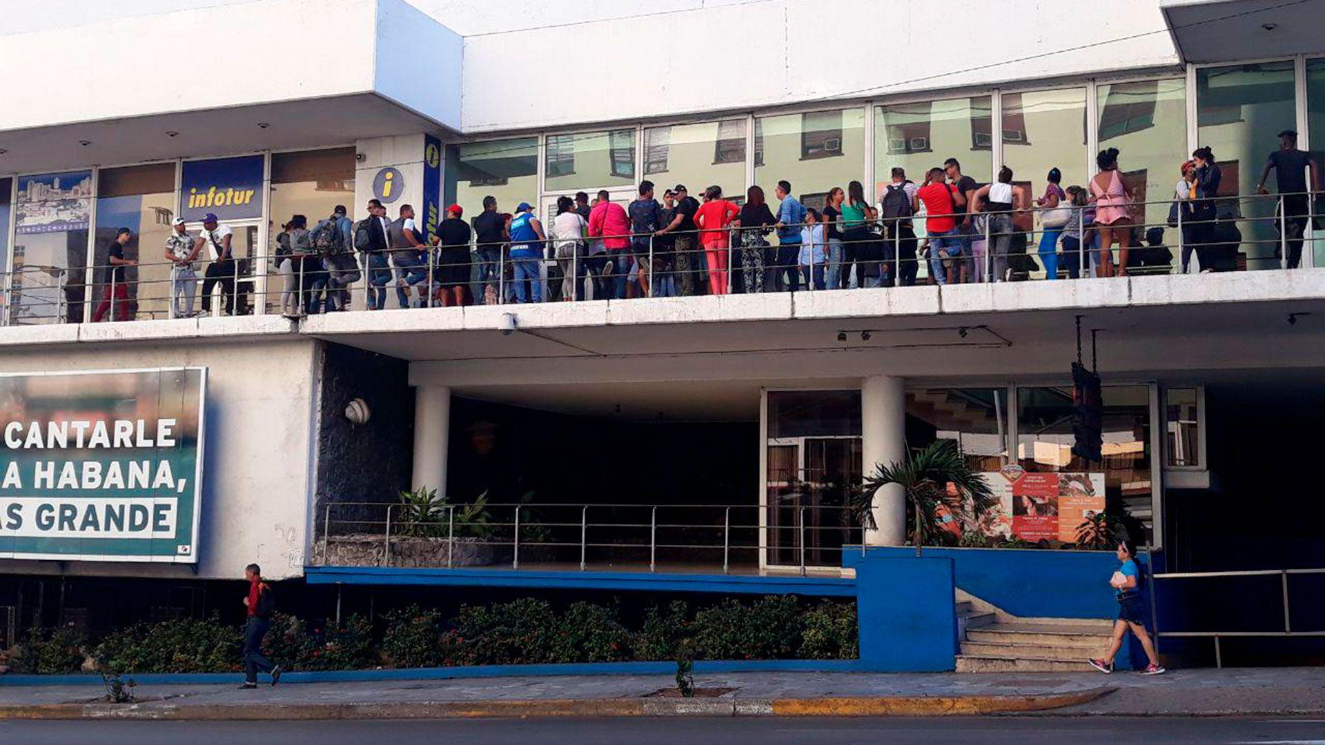Cubanos hacen colas en La Habana para obtener la visa turística para su ingreso a Nicaragua (14 y medio)
