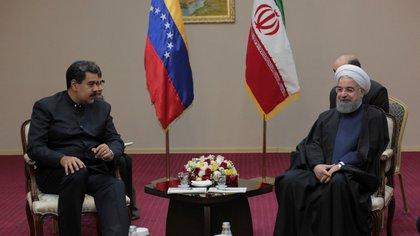 El dictador venezolano Nicolás Maduro y el presidente iraní Hassan Rouhani (Miraflores Palace/REUTERS)