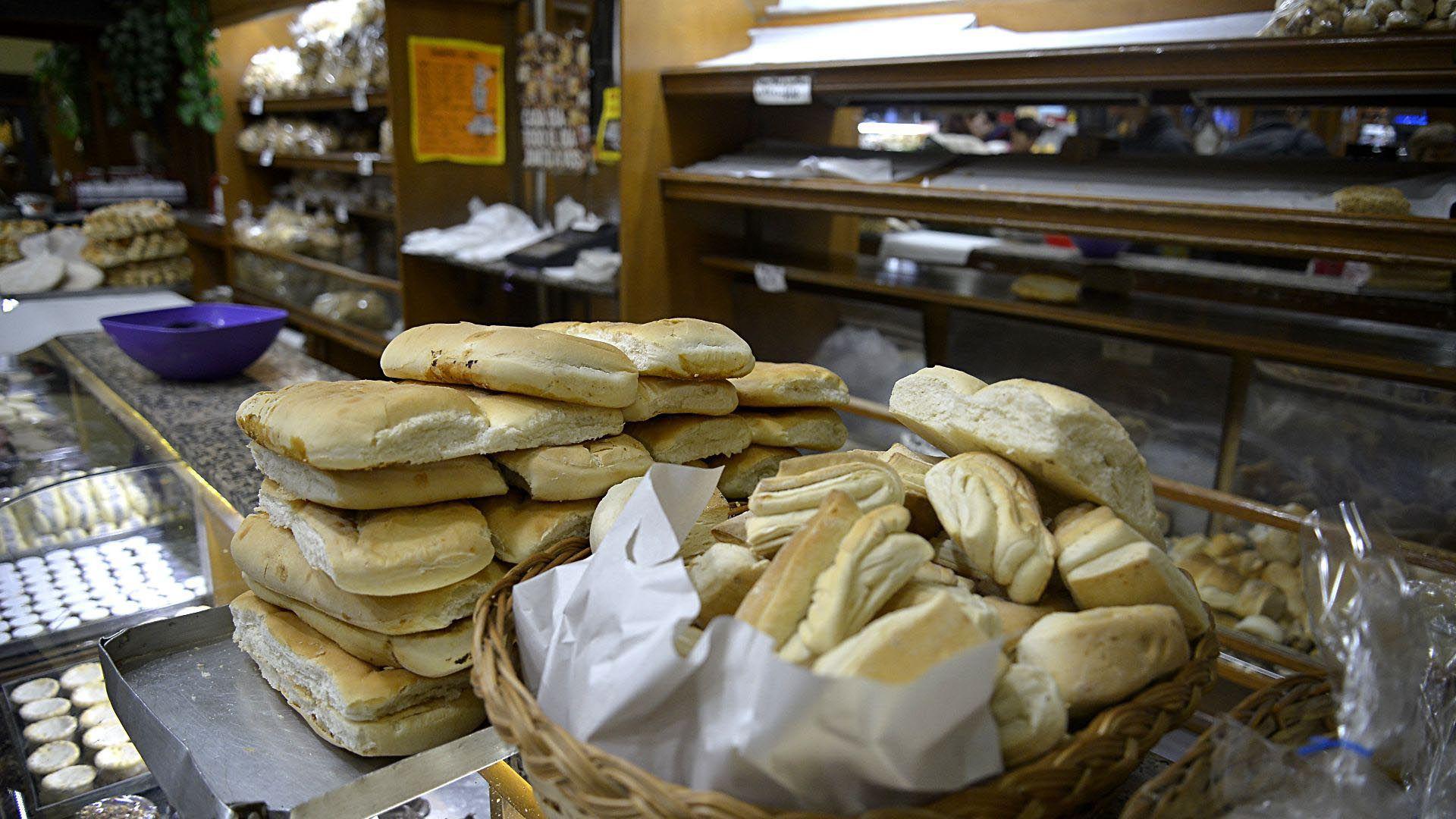 El estudio arrojó que el precio del pan se multiplica por siete desde que sale como trigo del campo hasta el pan que llega a las mesas. De $135, precio promedio de un kilo de pan, $29 son impuestos, y la carga impositiva es mayor que el costo de producir el trigo y hacer la harina para ese kilo de pan. (Gustavo Gavotti)