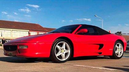 En su regreso a Boca compró dos Ferrari F355 Spider.