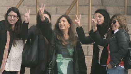 Gabriela Cerruti y Luana Volnovich, en las escalinatas de Comodoro Py (Adrián Escandar)