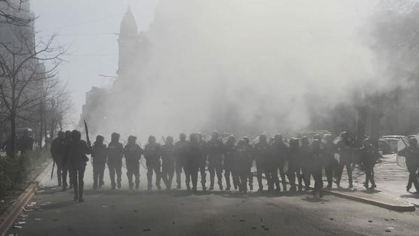 Parte de los efectivos de la Policía Bonaernse durante los incidentes (Dino Calvo)
