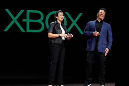 Lisa Su, president and CEO of AMD, talks with Phil Spencer, Head of Xbox and Executive Vice President of Gaming for Microsoft, during the 2019 CES in Las Vegas, Nevada, U.S., January 9, 2019. REUTERS/Steve Marcus