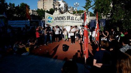 Un joven da un discurso en la Plaza de los dos Congresos en Buenos Aires