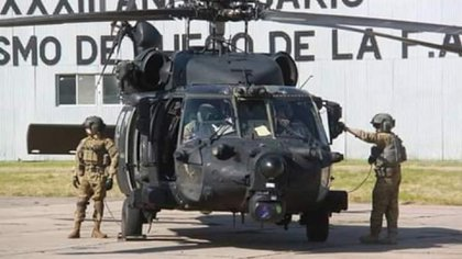 Un MH-60 Black Hawk junto a su tripulación en El Palomar