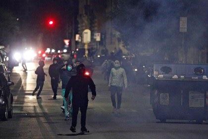 Manifestantes se enfrentan a la policía en Roma en protesta por las medidas de restricción (Reuters)