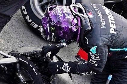 Lewis Hamilton junto al neumático que casi le arruina la carrera en Silverstone (Reutes)