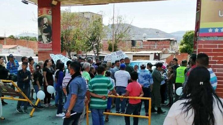 Protesta de familiares de Diosemel en el puente de Ureña