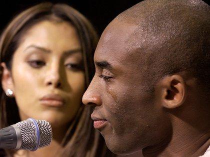 El día que Kobe Bryant dio una conferencia de prensa junto a su esposa Vanessa Laine a raíz de la denuncia de violación en su contra. Reconoció que tuvo sexo con la joven de 19 años en un hotel de Colorado (Reuters)