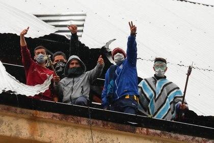 Presidiarios en el techo de la prisión federal del barrio residencial Villa Devoto (Foto: Reuters)