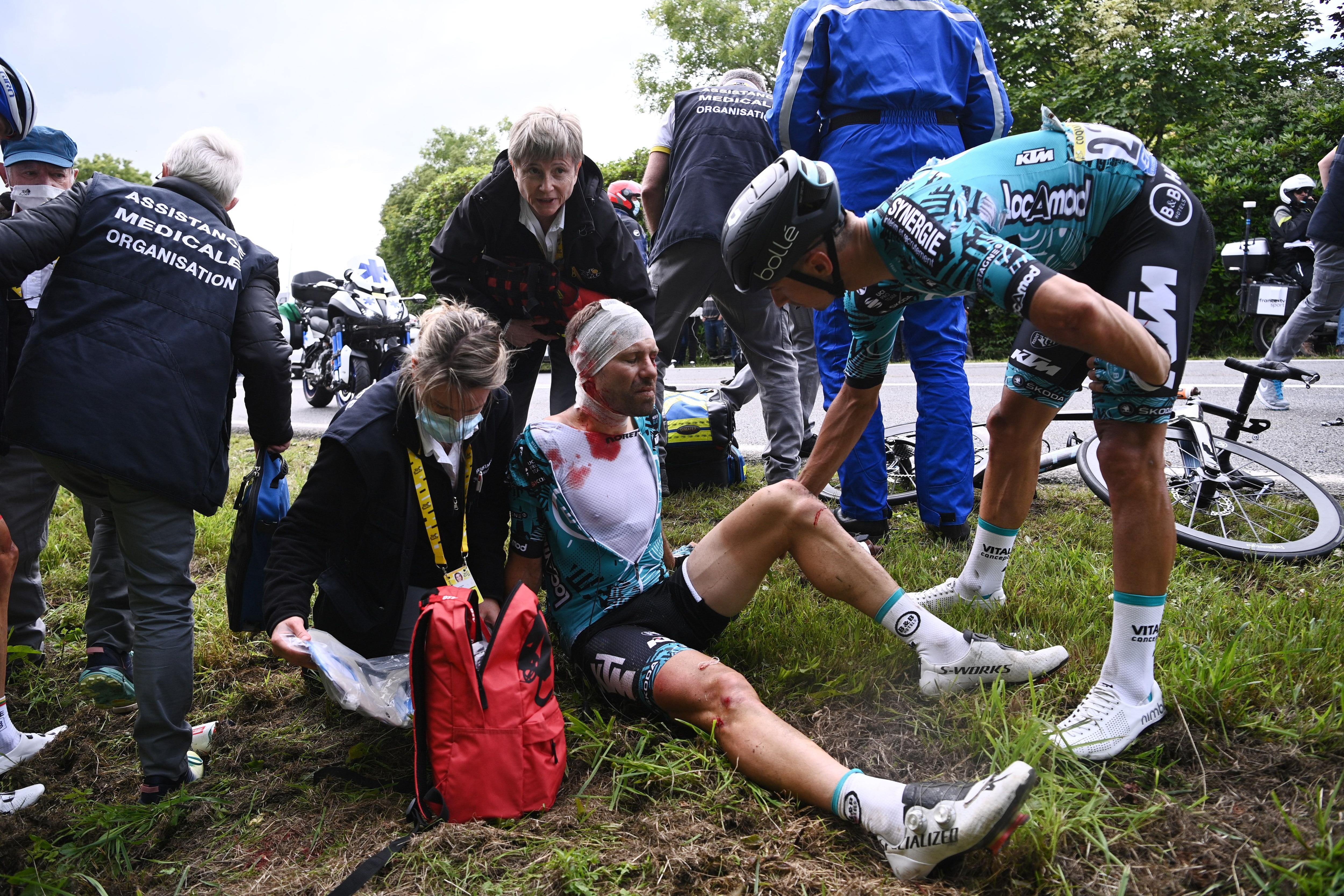 El francés Cyril Lemoine recibe atención médica tras la caída (REUTERS/Anne-Christine Poujoulat)