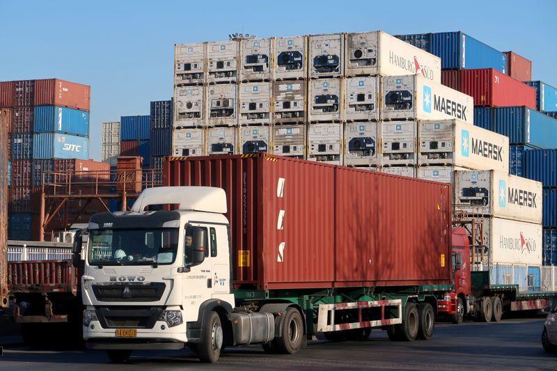 FOTO DE ARCHIVO: Un trabajador conduce un camión que transporta un contenedor en un centro logístico cerca del puerto de Tianjin, en Tianjin, China, 12 de diciembre de 2019. REUTERS/Yilei Sun