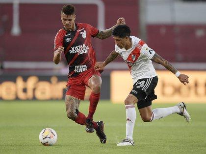Enzo Pérez en acción frente al Athletico Paranaense. Foto: REUTERS/Juan Mabromata