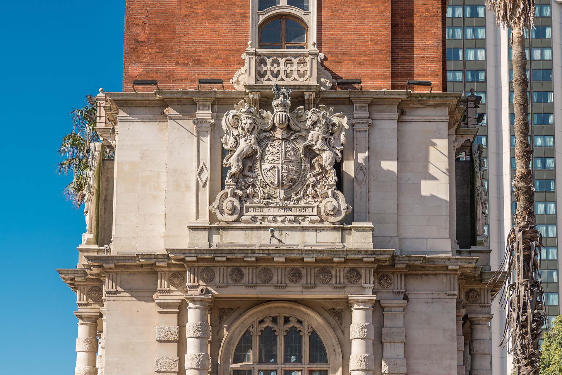 Detalles en piedra en honor al Reino Unido