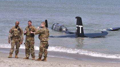 TBM Avenger of Valiant Air Command ha effettuato un atterraggio di emergenza nell'oceano a sud dell'ex Patrick Space Force Base Club durante il Cocoa Beach Air Show